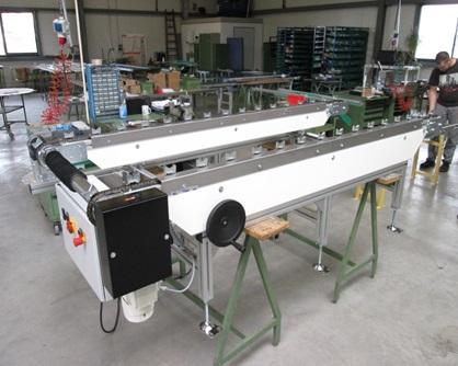 Kettenförderer für Kurbelwellen mit verstellbaren Spuren